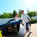 アートグレイス ウエディングコースト:愛車に乗って登場し、シーズナルガーデン(中庭)で乾杯!青空と緑の中でカジュアルなおもてなしメニューを