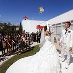 Perte Spazio(ペルテ スパーツィオ):たくさんの光が射し込む純白のチャペル。挙式後は開放感あふれるガーデンでゲストと楽しいひと時を過ごした