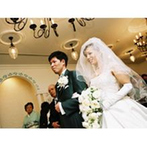 シェラトン都ホテル大阪:挙式は陽の光が温かいチャペル『オラシオン』で。くすり指にリングをはめた瞬間、結婚の実感も湧いて