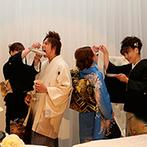 シェラトン都ホテル大阪:ホテルの気品が漂う会場を、新婦が選りすぐった装花でより華やかに。チョコレートケーキでラストバイトも