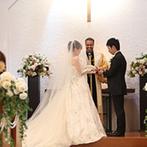 千里阪急ホテル CLASSIC GARDEN:ステンドグラスが煌めく扉をくぐり、誓いを交わす祭壇へ。緑豊かなガーデンでアフターセレモニーも楽しんだ