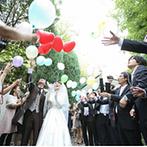 千里阪急ホテル CLASSIC GARDEN:自然とゲストの温もりを感じるチャペルで、大好きな牧師様に導かれて夫婦に。式後は、バルーンを大空へ