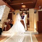 ホテル日航大阪:透き通るような聖歌隊の歌声と麗しいハープの音色に感動。22mのバージンロードを歩み、最愛の人と結ばれた