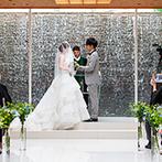 芦屋モノリス 旧逓信省芦屋別館(国登録有形文化財):透明感あふれるチャペルで、緑と光が華を添えた永遠の誓い。屋上のガーデンテラスでアフターセレモニーも