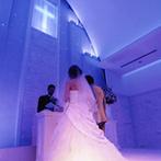 ベルクラシック姫路:花嫁を引き立たせるガラスのバージンロードや光の演出。ドラマチックに永遠の愛を誓う感動のセレモニー