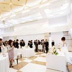 ベルクラシック姫路:天井が高く自然光に満ちた開放的なゲストハウス。ロビーも自由に飾って、プライベート感満載の披露宴に
