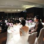 神戸ベイシェラトン ホテル&タワーズ:六甲の山並みや神戸の街を望むパーティ会場でゲストと寛ぎのひと時。アクセス面で安心できたことも決め手