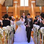 神戸ベイシェラトン ホテル&タワーズ:回廊に写真を飾って、ふたりの歴史を追いながらチャペルへ。木の温もりを感じるチャペルで誓った永遠の愛