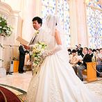 リーガロイヤルホテル:光に満ちたチャペルで誓った、ふたりの永遠の約束…。新婦のロングトレーンのドレスはゲストの注目の的!