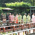 東郷神社・原宿 東郷記念館:青々とした夏の新緑に見守られての参進の儀。夏の暑さを感じさせない空調設備で、理想の厳粛な挙式が実現