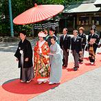 東郷神社・原宿 東郷記念館:四季折々の風景を宿す庭園を通り、参進の儀で本殿へと歩みを進めた。日本伝統の古式ゆかしい神前式が実現