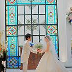 アイネス ヴィラノッツェ 大阪:ステンドグラスが煌めく神秘的なチャペル。ゲスト参加型の人前式で、より思い出深い誓いのシーンに