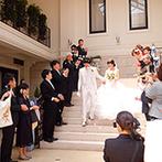 アイネス ヴィラノッツェ 大阪:かわいらしいリングガールも登場する、和やかなセレモニー。自然光が差し込む大階段でフラワーシャワーも
