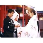 生田神社・生田神社会館:母の夢でもあった白無垢をまとっての神前式。皆に見守られての式に「日本人でよかった」と心から実感