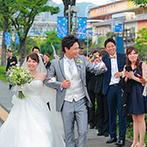 アニヴェルセル 神戸:ロイヤルブルーのバージンロードに映える、純白のドレスが美しかった。挙式後は、ハーバーランドでの演出へ