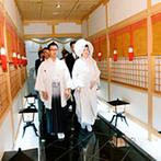 マリエカリヨン名古屋:宮大工が手掛けたという、本格的な館内神殿に心奪われたふたり。挙式から二次会までお任せすることに決めた