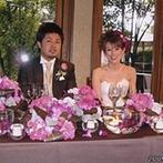 THE GARDEN PLACE SOSHUEN(蘇州園):まずは庭園でケーキカットやブーケプルズなどの演出。フローリストと綿密に打合せて、和装の柄に合う装花に