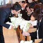 ホテル北野クラブ HOTEL KITANO CLUB:神戸の街並みを望む、最上階にあるチャペルで個性が光る人前式。温かな祝福に幸せな笑みがこぼれた