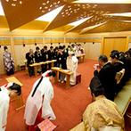 ウェスティンホテル大阪:母と同じ白無垢の花嫁姿でのぞんだ神前式。御玉に映る新婦の顔に、新郎は「神様」を迎える喜びを実感した