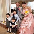 ウェスティンホテル大阪:ソファが置かれたリビングルームと上質なダイニングルームでのパーティ。愛らしい子ども達の登場で和やかに