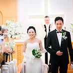 帝国ホテル 大阪:ゲストの祝福の眼差しをそばに感じながら誓った。たくさんの笑顔に見守られ、心温まるセレモニーに