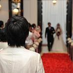 山手迎賓館 神戸:自由に叶う挙式スタイルは、人前式をセレクト。思い出の曲が響き渡るチャペルでゲストと喜びをわかち合った