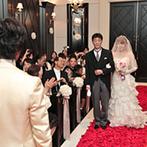 山手迎賓館 神戸:真紅のバラとマッチする、クラシカルなチャペル。ゲストの笑顔と木の温もりが、幸せなふたりを包み込んだ