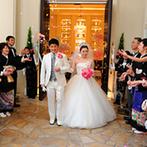 ベイサイド迎賓館 神戸:ふたりの気取らない人柄が伝わる、なごやかな挙式。幸せのトスやバルーンリリースも爽やかに決まった
