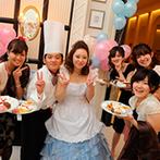 ベイサイド迎賓館 神戸:コック&エプロン姿でゲストとにぎやかに記念撮影!自由に楽しむデザートビュッフェも喜ばれるおもてなしに