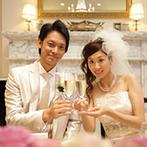 アーセンティア迎賓館 大阪:「虹」をテーマに、挙式から披露宴まで7色で鮮やかに彩った。グラスのリボンでゲストとの繋がりを実感