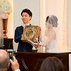 アーセンティア迎賓館 大阪:木製のベンチが並ぶチャペルの装飾も思いのまま。ゲストからの祝福が胸に染みわたるアットホームな人前式