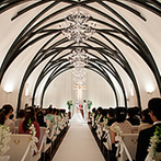 ロイヤルオークホテル スパ&ガーデンズ:ウッドアーチに包まれた、あたたかな教会式。琵琶湖を一望するテラスで、アフターセレモニーもたっぷりと