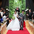 迎賓館:純白のドレスが映える真っ赤なバージンロード。天然木の教会に自然光が差し込み、神秘的な誓いのシーンに
