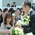 神戸メリケンパークオリエンタルホテル:新婦がバージンロードを進むのと同時に徐々に現れる外の景色に感動。ブーケセレモニーでゲストの心も一つに