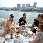 神戸メリケンパークオリエンタルホテル:心地よい潮風に包まれながらのデザートビュッフェが好評。新郎によるサプライズのサックス演奏も大成功