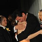 神戸メリケンパークオリエンタルホテル:ラストに父が新婦を抱きしめるゲストも感動したシーン。そっとスタッフが導いてくれたおかげで叶った