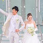 神戸メリケンパークオリエンタルホテル:空と海に包まれたガラス張りのチャペルでアットホームな挙式。青空の下でアフターセレモニーも楽しんだ