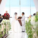 神戸メリケンパークオリエンタルホテル:木の温かみと優しい光に満ちたチャペル。扉を出た瞬間、ゲストの花びらとシャボン玉、船上からの祝福も