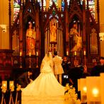 ノートルダムセンティア Notre Dame SCENTIA:中世ゴシック様式の荘厳な大聖堂は、夢見ていたような理想の空間。披露宴会場の巨大スクリーンも決め手に