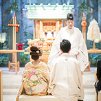 DUCLASS OSAKA デュクラス大阪:光溢れる明るい神殿で執り行われた神前式。母親から口紅を塗ってもらう紅差しの儀は、想い出深いシーンに