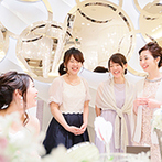 DUCLASS OSAKA デュクラス大阪:心ゆくまでゲストとふれあい、お喋りや写真撮影を楽しんだ。新郎新婦自ら各卓をまわり、感謝を伝える一幕も