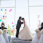 ベイサイド迎賓館 松山:海を望むチャペルで、ゲスト参加型のあたたかなセレモニー。誓いのキスの瞬間、祝福のバルーンが大空へ!