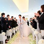 アーヴェリール迎賓館 高松:自然と溶けこむかのような水のチャペルで誓う永遠の愛…。大空のもとアフターセレモニーで笑顔溢れるひと時