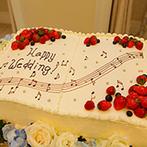 ガーデンヒルズ迎賓館 松本:白を基調とした空間に映える「ふたりらしさ」。コーディネートからケーキまで、大好きな音楽に囲まれた