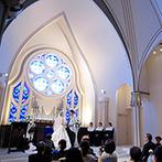 アニヴェルセル 白壁:幸せの象徴・サムシングブルーを思わせる大聖堂。両親に「ありがとう」の気持ちを伝えるシーンも思い出に