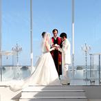 アルモニーヴィラ オージャルダン(HARMONIE VILLA EAU JARDIN):チャペルの祭壇の向こうに広がる空と海に感激!ふたりの好きな季節と場所で、理想の結婚式を思い描いた