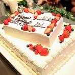 アルモニーヴィラ オージャルダン(HARMONIE VILLA EAU JARDIN):ケーキにチョコペンで署名して、ケーキカット!ふたりの出会いのきっかけとなった夫婦にサンクスバイトも
