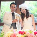 岩崎台倶楽部グラスグラス:会場から滝を望む涼しげなパーティ。新婦好みの装花でアレンジされた会場で美味しい料理に大満足