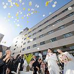 RIVER SIDE HOTEL NUMAZU(沼津リバーサイドホテル):フルートやバイオリンの生演奏に包まれる挙式の後は、ホテルの中とは思えない開放的な庭園でバルーン演出!