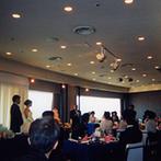 ANAクラウンプラザホテル金沢:演出やお色直しをなくして、ゲストとゆっくり過ごす優雅なひと時。友人たちからの祝福に会場が一つになった